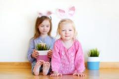 2 сестры нося уши зайчика на пасхе Стоковые Изображения RF