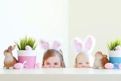 2 сестры нося уши зайчика на пасхе Стоковое Изображение