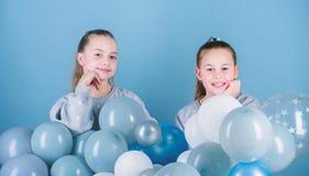 Сестры организуют домашнюю партию Иметь концепцию потехи Тематическая вечеринка воздушного шара Лучшие други девушек около воздуш стоковые фотографии rf