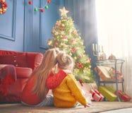 Сестры приближают к рождественской елке Стоковая Фотография RF