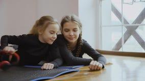 Сестры принимают наушники от одина другого сток-видео