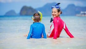 сестры платья детей пляжа белые Стоковое Изображение