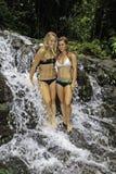 сестры стоя водопад Стоковое фото RF