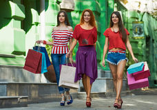 3 сестры с хозяйственными сумками Стоковая Фотография RF