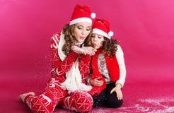 2 сестры дуют поддельный снег в студии Стоковое Изображение