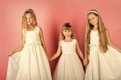 Сестры фотомодели семьи, красота Девушки детей в платье, семье, сестрах Маленькие девочки в модном платье, выпускном вечере Стоковое фото RF