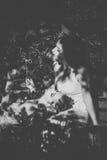 сестры 2 черная девушка прячет белизну рубашки съемки s человека Стоковое Изображение RF