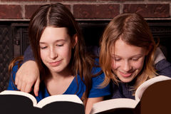 2 сестры читая совместно Стоковая Фотография RF