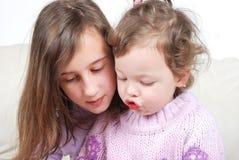 сестры чтения книги Стоковая Фотография