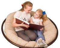сестры 2 чтения книги Стоковая Фотография RF