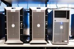 Сетевые серверы в комнате данных Стоковое Изображение