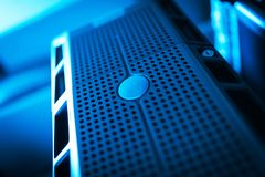 Сетевые серверы в комнате комнаты данных отечественной стоковые изображения