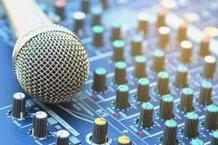Сетноая-аналогов регистрирующая аппаратура музыки в диспетчерском пункте Стоковое Изображение RF