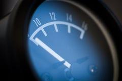 Сетноой-аналогов метр вольта автомобиля Стоковые Фотографии RF