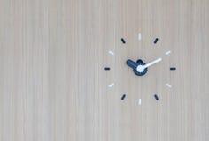 Сетноые-аналогов настенные часы на стене Стоковое Изображение RF
