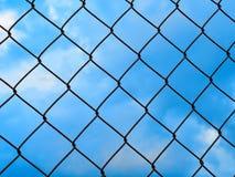 Сетчатый металлический барьер против голубого неба Стоковые Фотографии RF