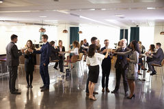Сеть делегатов на конференции выпивает прием стоковые фото
