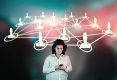 Сеть людей smartphone используя женщину Стоковые Фото