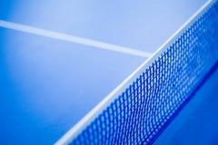 Сеть на голубой таблице пингпонга стоковое изображение
