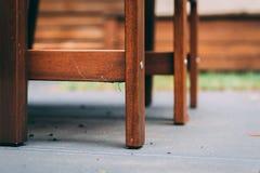 Сеть паука в основаниях стула на бетоне Стоковое Изображение RF