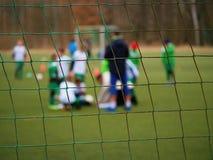 Сеть строба футбола Сеть строба футбола В расплывчатых игроках стойки предпосылки Стоковые Изображения