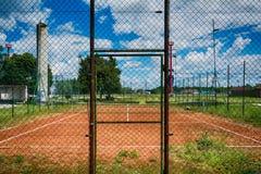 Сеть тенниса на пустом красном суде гравия стоковая фотография rf