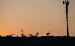 Сеть техники связи захода солнца неба спутниковой антенна-тарелки Стоковые Фото