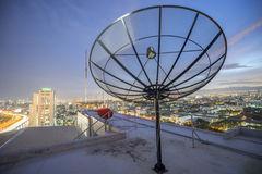 Сеть техники связи захода солнца неба спутниковой антенна-тарелки стоковые изображения