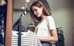 сеть универсалии времени шаблона покупкы страницы приветствию карточки предпосылки Красивая девушка в магазине стоковые фотографии rf