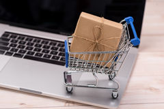 сеть универсалии времени шаблона покупкы страницы приветствию карточки предпосылки Подарочная коробка компьтер-книжки и магазинно Стоковые Фотографии RF