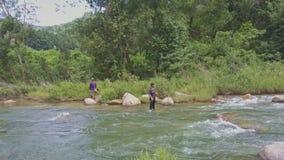 Сеть ходов Fisher взгляда трутня в реку принимает вне в тропики акции видеоматериалы