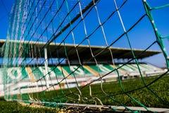 Сеть цели футбола с меньшей трибуной на предпосылке стоковые изображения rf