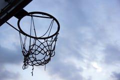сеть цели баскетбола шарика вводя Силуэт кольца и сети баскетбола на небе Стоковое Изображение