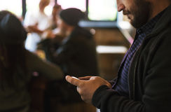 Сеть Social соединения мобильного телефона пользы людей Стоковые Изображения