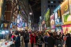 СЕУЛ - 7-ое марта: Неоновые света 7-ое марта 2016 Myeong-Дуна в Сеуле, Стоковое Изображение