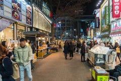 СЕУЛ - 7-ое марта: Неоновые света 7-ое марта 2016 Myeong-Дуна в Сеуле, Стоковая Фотография