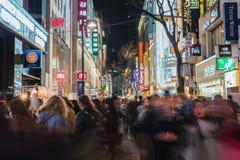 СЕУЛ - 7-ое марта: Неоновые света 7-ое марта 2016 Myeong-Дуна в Сеуле, Стоковые Изображения