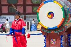СЕУЛ, ЮЖНАЯ КОРЕЯ â€ŽMay 28, 2017 Королевский предохранитель дворца Gyeongbokgung стоковые фотографии rf