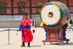 СЕУЛ, ЮЖНАЯ КОРЕЯ â€ŽMay 28, 2017 Королевский предохранитель дворца Gyeongbokgung Стоковые Фото