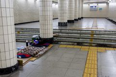 Сеул, Южная Корея - 20-ое июня 2017: Бездомная кровать в подземном переходе в центре города Сеула стоковая фотография rf