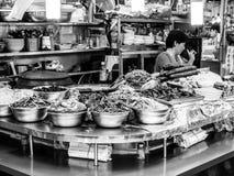 Сеул, Южная Корея - 21-ое июня 2017: Клиенты поставщика женщины служа на рынке Gwangjang в Сеуле стоковое фото