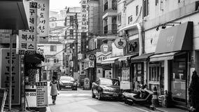 Сеул, Южная Корея - 16-ое июня 2017: Пожилая женщина идя вниз с небольшой ул стоковое изображение rf