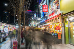 СЕУЛ, ЮЖНАЯ КОРЕЯ - 6-ое марта 2016: Люди бродяжничают в идти Стоковое фото RF