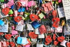 Сеул, Южная Корея - 8-ое октября 2014: Много ключ влюбленности фиксирует на башне Namsan в различном цвете, конце-вверх Стоковые Изображения RF