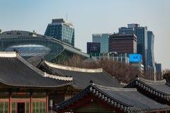 СЕУЛ, ЮЖНАЯ КОРЕЯ - 21-ОЕ ЯНВАРЯ 2018: Крыши здания Deoksugung и современная корейская концепция горизонта, старых и новых контра стоковые фотографии rf