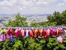 Сеул, Южная Корея - 3-ье июня 2017: Красочные padlocks любов, Сеул, парк Namsan стоковое изображение rf