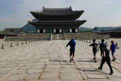 Сеул, Корея 17-ое мая 2017: Взгляд школьников на здании дворца Gyeongbokgung Стоковые Фотографии RF