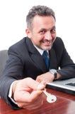 Селективный фокус ключа дома человека предлагая Стоковые Фотографии RF