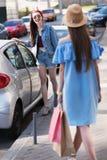 Селективный фокус на девушке ждать ее друга с сумками Стоковая Фотография RF