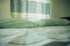 Селективный фокус на подушках и занавесе малой уютной спальни Стоковые Изображения RF